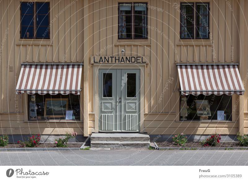 Lanthandel kaufen Kristianopel Schweden Nordeuropa Haus Fassade Schaufenster Markise Straße Holz Nostalgie Krämerladen Licht Schatten Farbfoto