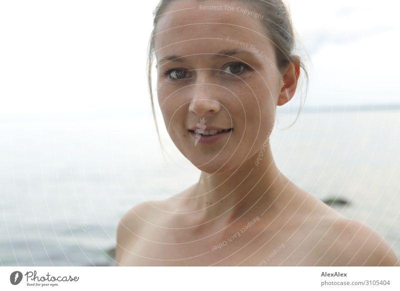Portrait einer jungen Frau an der See Freude schön Wellness Leben Sommer Sommerurlaub Strand Meer Junge Frau Jugendliche Gesicht 18-30 Jahre Erwachsene