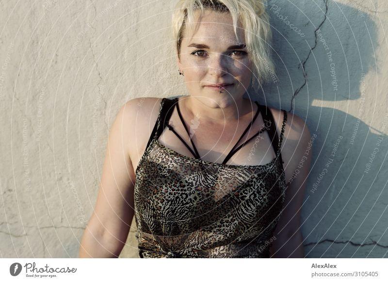 Portrait einer jungen Frau Stil Freude schön Leben Sommer Junge Frau Jugendliche 18-30 Jahre Erwachsene Mauer Unterwäsche blond kurzhaarig Sommersprossen Blick
