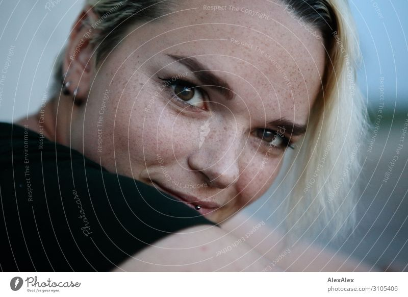 Portrait einer jungen Frau mit Sommersprossen Freude schön Leben harmonisch Junge Frau Jugendliche Gesicht 18-30 Jahre Erwachsene Schönes Wetter Schmuck