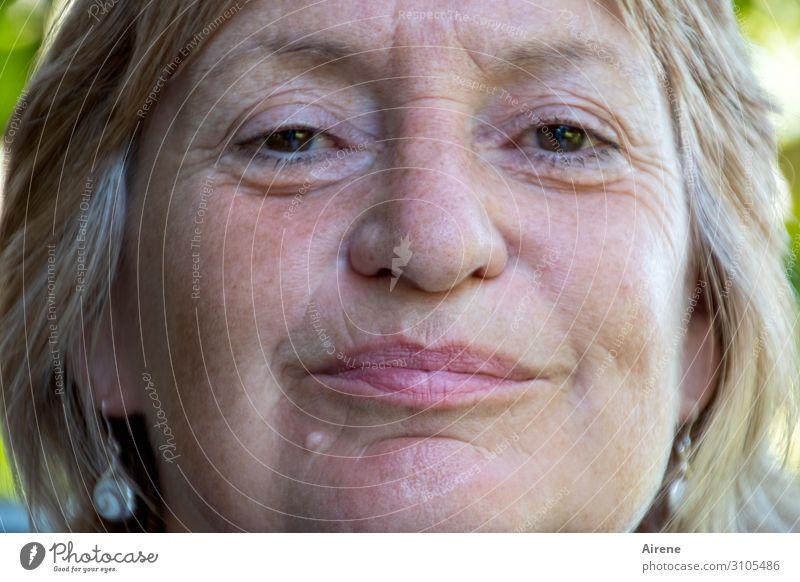 die Frau des Hausherrn feminin Erwachsene Gesicht 1 Mensch 60 und älter Senior Ohrringe blond grauhaarig kurzhaarig Lächeln authentisch positiv Zufriedenheit