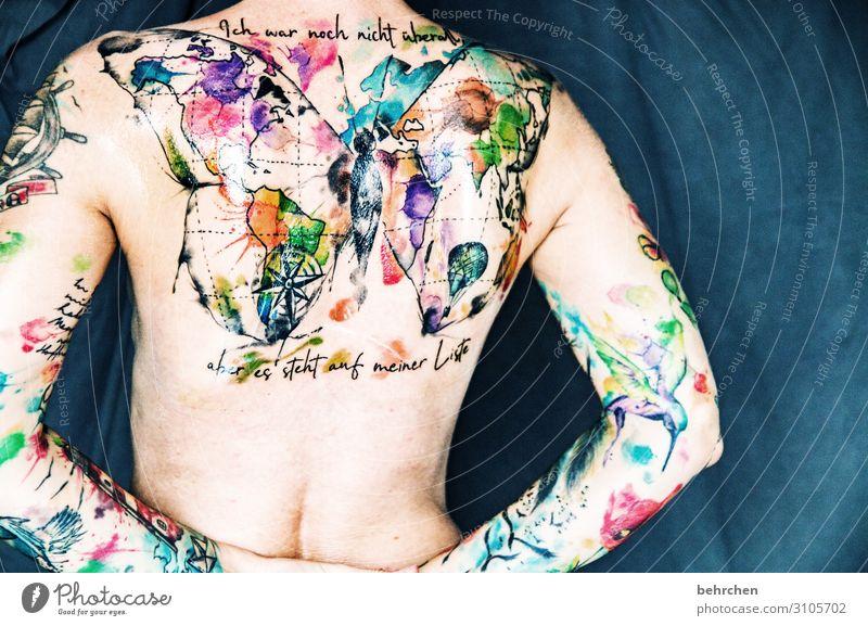 nackt?! Frau Erwachsene Haut Rücken Arme 30-45 Jahre Tattoo Mut tätowiert mehrfarbig Kunst Kunstwerk Körperbewusstsein Schmetterling Weltkarte Kolibris