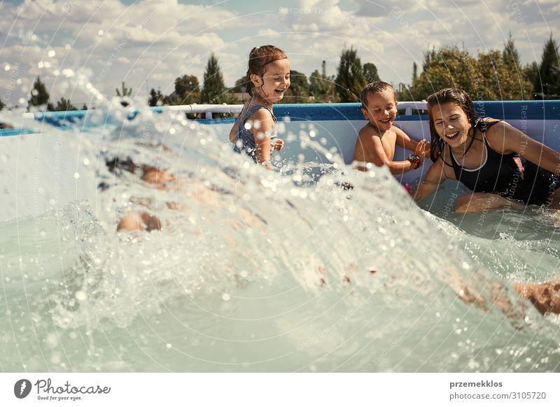Kinder beim Plantschen im Pool Lifestyle Freude Glück Erholung Schwimmbad Spielen Ferien & Urlaub & Reisen Sommer Sommerurlaub Mensch Mädchen Junge