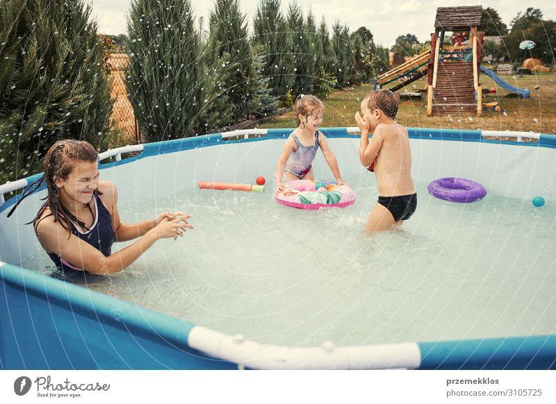 Kinder beim Plantschen im Pool Lifestyle Freude Glück Erholung Schwimmbad Spielen Ferien & Urlaub & Reisen Sommer Garten Mensch Mädchen Junge