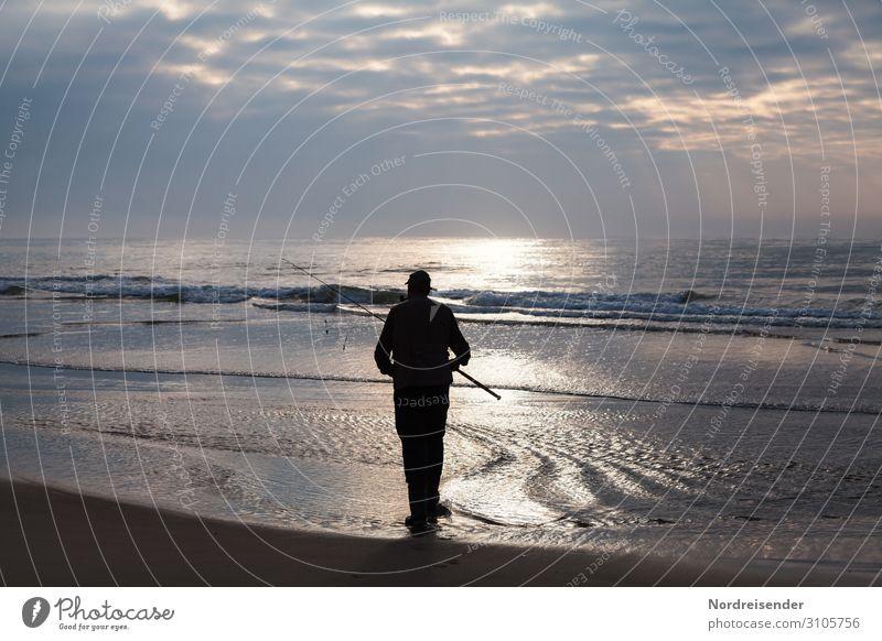 Der Angler am Meer Gegenlicht Sonnenlicht Silhouette Kontrast Abend Dämmerung Licht Textfreiraum oben Textfreiraum rechts Textfreiraum links Außenaufnahme