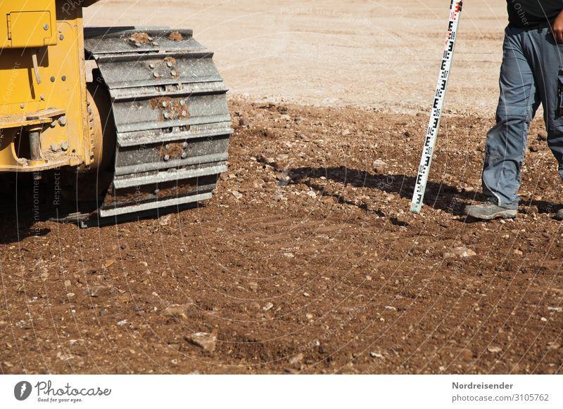 Vermessung im Straßenbau bauarbeiter baustelle erdarbeiten tiefbau straßenbau arbeitsbekleidung arbeitsschuhe kies schieben planieren planierraupe kettenantrieb