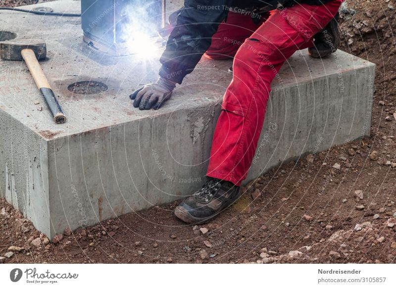 Schweißarbeiten und Tiefbau auf einer Großbaustelle Arbeit & Erwerbstätigkeit Beruf Handwerker Arbeitsplatz Baustelle Wirtschaft Industrie Werkzeug Hammer