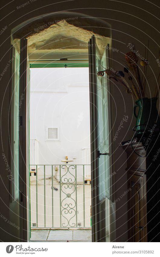 chiaroscuro harmonisch Wohlgefühl Zufriedenheit Ferien & Urlaub & Reisen Städtereise Sommer Wohnung Raum Kommode Altstadt Balkon Fenster Tür Blumenvase Geländer