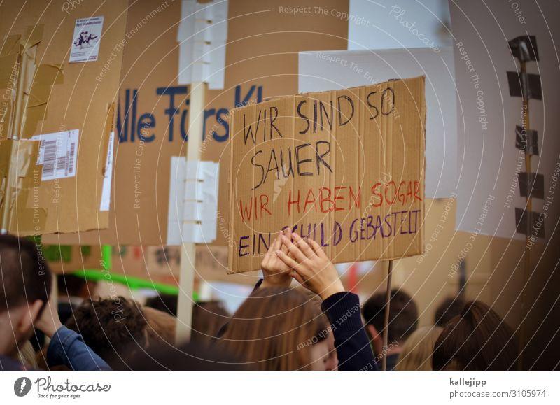 it´s friday Mensch Menschenmenge Umwelt Natur Klima Klimawandel Wetter Zeichen Schriftzeichen Hinweisschild Warnschild Bewegung Demonstration fridays for future