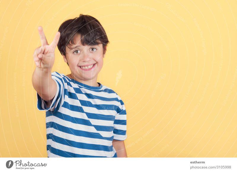 Kind lächelt und macht das Siegeszeichen. Nummer zwei. Freude Glück Erfolg Mensch maskulin Junge Kindheit Hand Finger 1 8-13 Jahre Ziffern & Zahlen Fitness