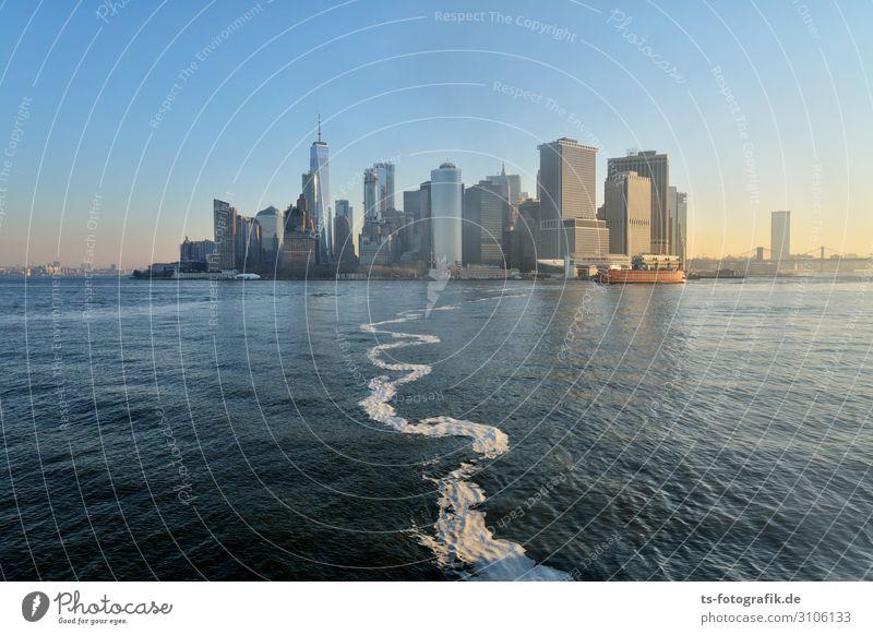 Staten Island Ferry in Front of New York City's Skyline Ferien & Urlaub & Reisen Tourismus Ausflug Freiheit Sightseeing Städtereise Wasser Wolkenloser Himmel