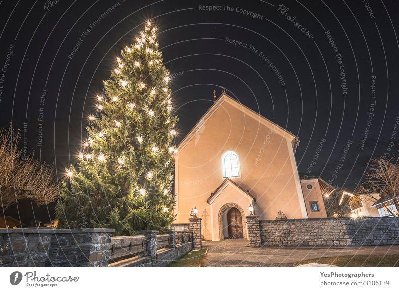 Weihnachtsbaum und Lichter im österreichischen Dorf bei Nacht Ferien & Urlaub & Reisen Tourismus Winter Dekoration & Verzierung Weihnachten & Advent Landschaft