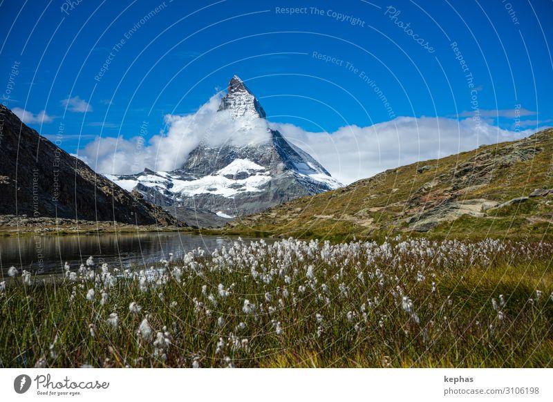 Riffelsee mit Matterhorn Umwelt Natur Landschaft Pflanze Himmel Sommer Wiese Felsen Alpen Berge u. Gebirge Gipfel Schneebedeckte Gipfel außergewöhnlich