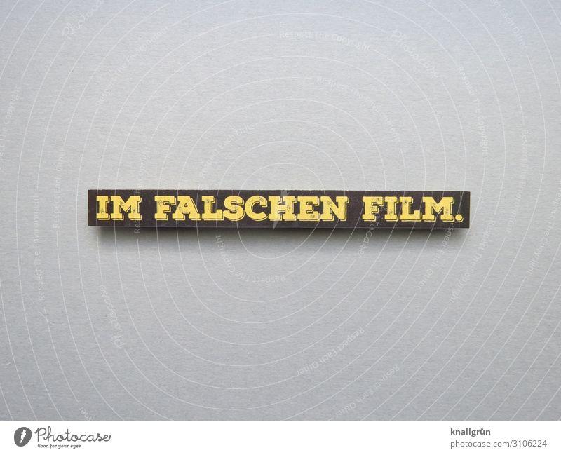 Im falschen Film Kommunizieren Gefühle verkehrt verwirrt Sprache Studioaufnahme Satz Wort Buchstaben Typographie Schriftzeichen Kommunikation