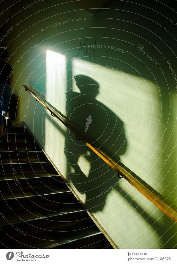vage 1 Mensch Wand Treppe Treppenhaus Treppengeländer Schlagschatten Bewegung gehen lang Wärme grün Stimmung Vertrauen Geborgenheit achtsam Identität