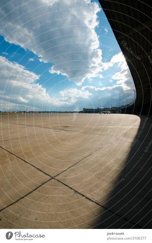 Frei & Flug Architektur Wolken Schönes Wetter Berlin-Tempelhof Flughafen Flugplatz Betonplatte Ferne gigantisch lang Originalität Horizont Perspektive Freiraum