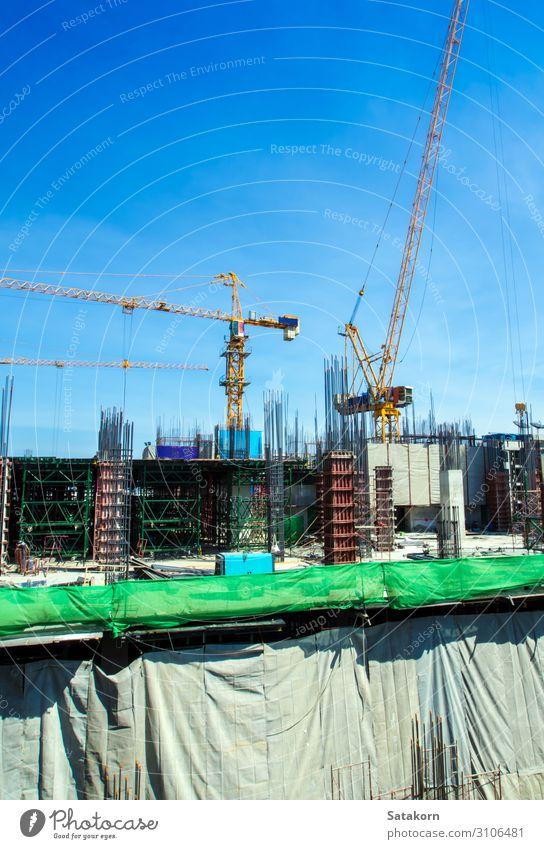 Das Gebäude im Bau auf der Baustelle Arbeit & Erwerbstätigkeit Industrie Business Maschine Baumaschine Himmel Beton Stahl blau Stadt Konstruktion Kranich Höhe