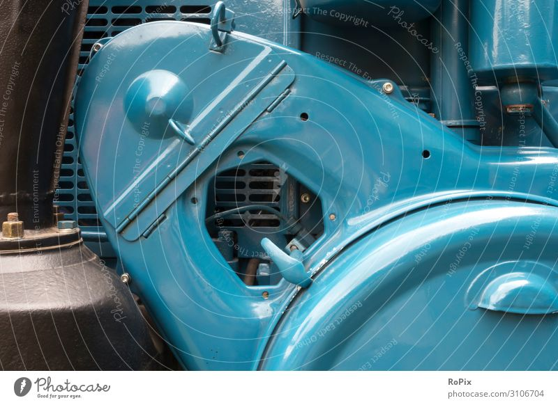 Gehäuse eines historischen Tracktors. Stil Design Freizeit & Hobby Wissenschaften Arbeit & Erwerbstätigkeit Büroarbeit Arbeitsplatz Fabrik Wirtschaft