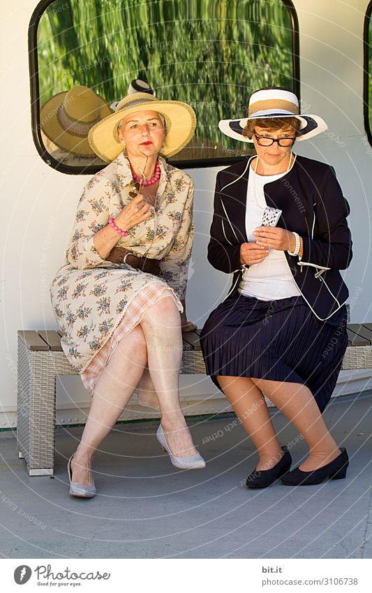 Wann kommt nur der Tee? Frau Mensch Freude Lifestyle Erwachsene feminin Familie & Verwandtschaft Glück Stil Freundschaft Zufriedenheit elegant Fröhlichkeit