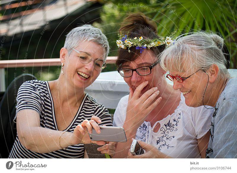 facebook-schiffsbook-schiffsbuch-schiffsbug-captaincook- Mensch feminin Frau Erwachsene Freundschaft Freude Glück Fröhlichkeit Lebensfreude Handy Farbfoto Tag