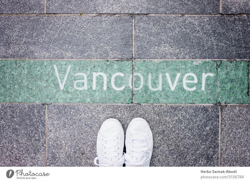 Blick auf Vancouver Ferien & Urlaub & Reisen Tourismus Fuß Kanada Wege & Pfade Schuhe Turnschuh Stein Beton Schriftzeichen Schilder & Markierungen grau grün