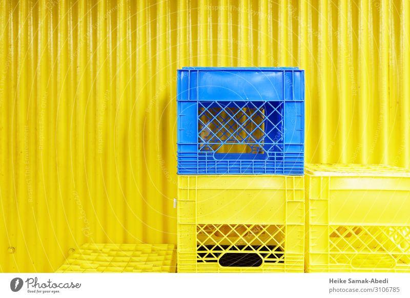 Gelbe und blaue Kisten vor einer gelben Wellblechwand kaufen Mauer Wand Fassade Kasten Kunststoff Behälter u. Gefäße Stapel Güterverkehr & Logistik tragen leer