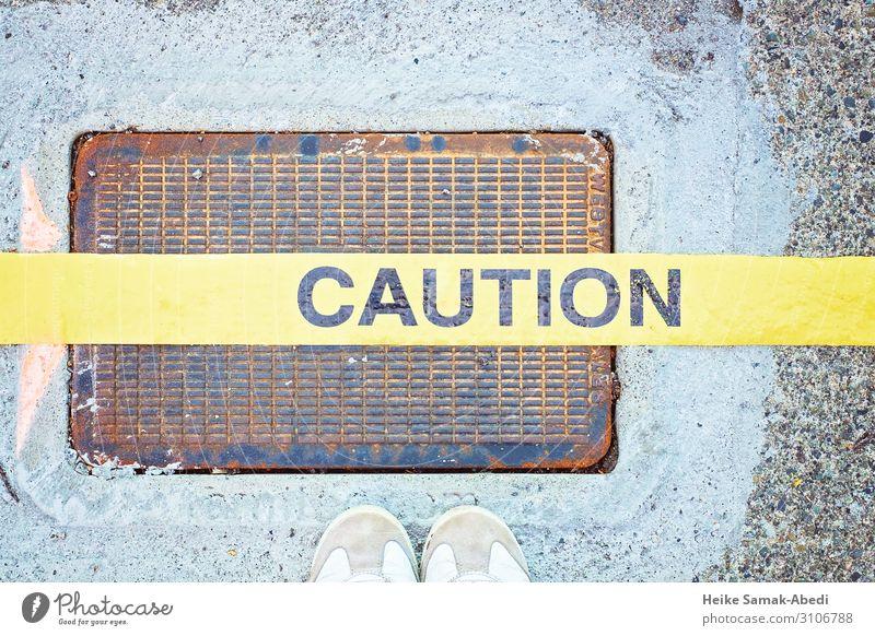 Vorsicht! Caution! Fuß Schuhe Turnschuh Schriftzeichen Schilder & Markierungen Hinweisschild Warnschild gelb Sicherheit Schutz Farbfoto Menschenleer