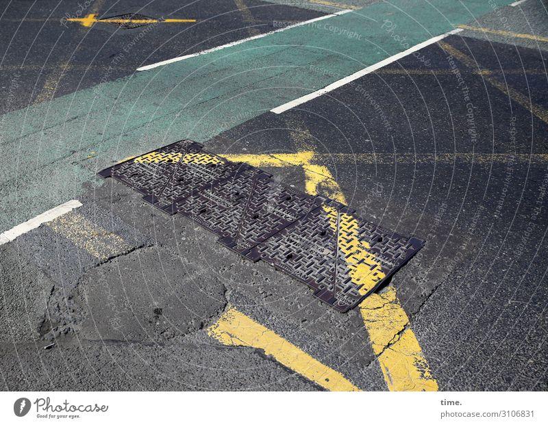 baselines (3) grundlinie linien Straße Asphalt grau gelb Vogelperspektive weiss streifen abgenutzt Gully grün fahrradweg teer mathematik design chaos