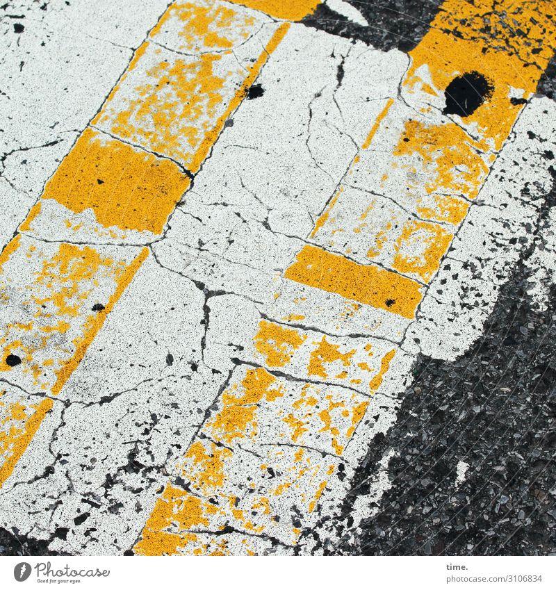 baselines (11) grundlinie linien Straße Asphalt grau gelb Vogelperspektive weiss streifen abgenutzt teer mathematik design überweg