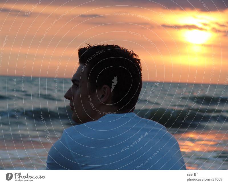 The Sun Goes Down Mann Wasser Himmel Sonne Meer Wolken T-Shirt Roter Himmel