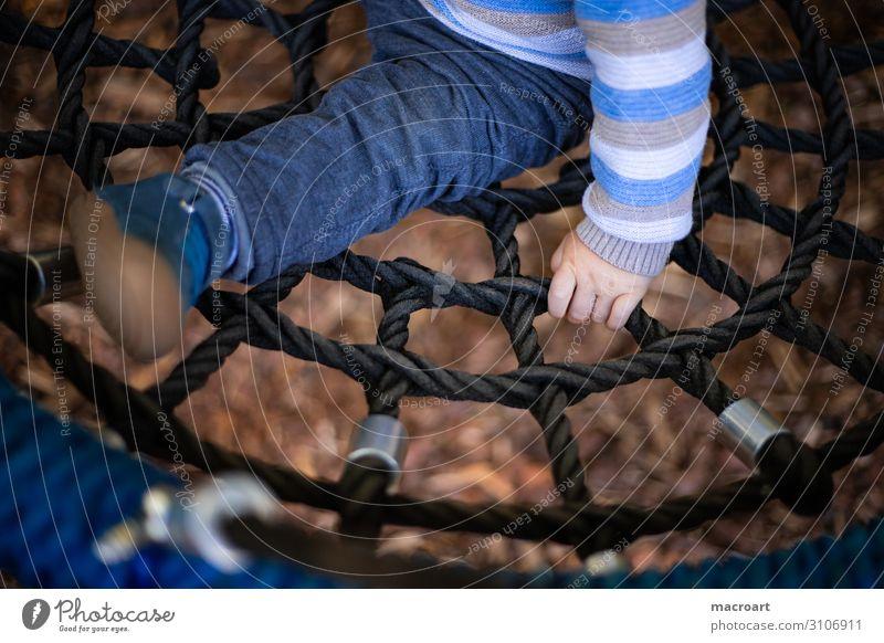 schaukeln festhalten Kind Kinderhand Hand Kleinkind Kette Metall Spielplatz Nahaufnahme Halt Sicherheit Detailaufnahme Makroaufnahme blond fingerchen Kindheit