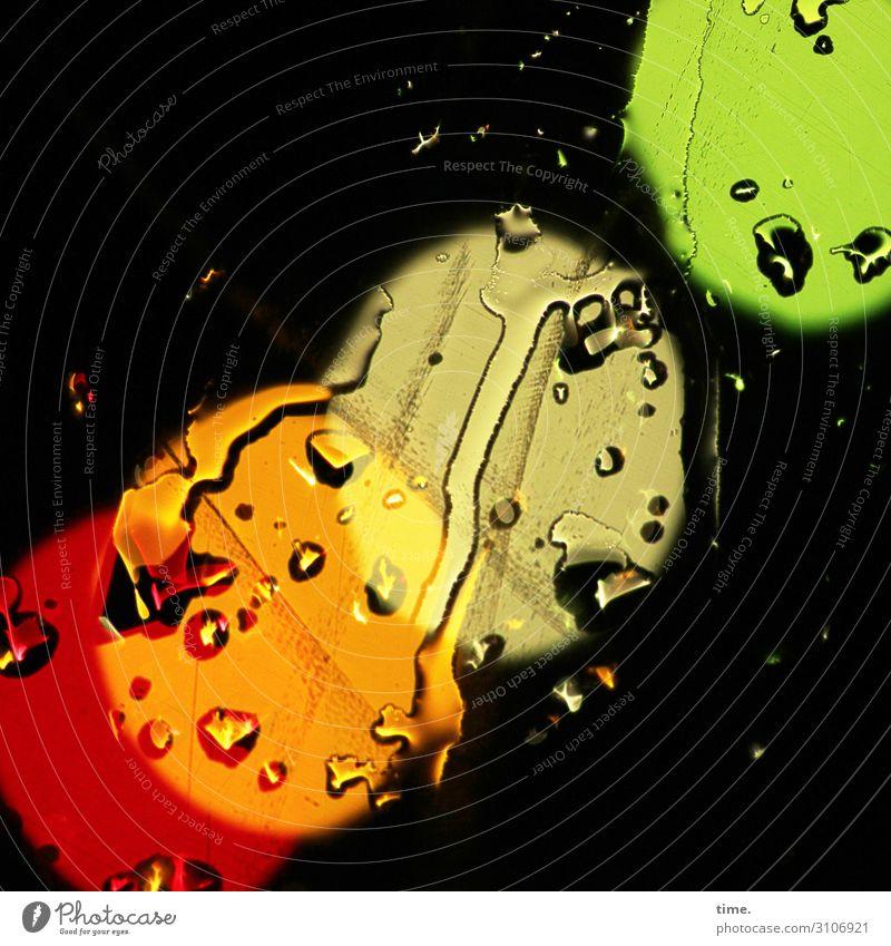 Dreiklang mit Zugabe kunstlicht lampen glas regen regentropfen wasser nass verschwommen diffus rot orange gelb grün lampions aufsteigend farbig bunt nacht