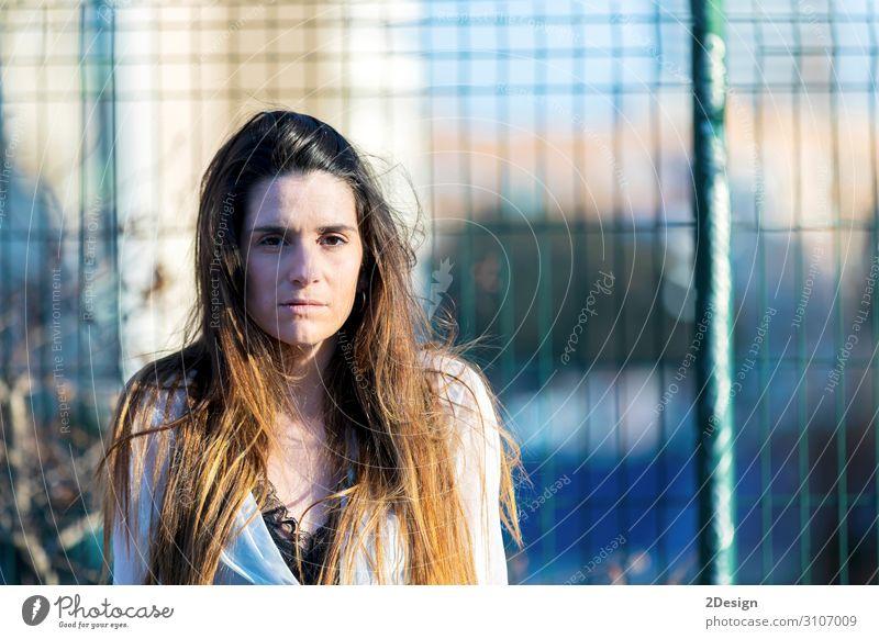 Porträt einer schönen Frau im Freien in der Stadt Mensch feminin Junge Frau Jugendliche Erwachsene Haare & Frisuren Gesicht 1 18-30 Jahre trendy brünett