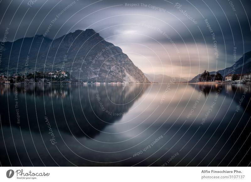 Die Berge um Lecco spiegelten sich auf dem See wider. Ferien & Urlaub & Reisen Tourismus Winter Berge u. Gebirge Kultur Umwelt Natur Landschaft Himmel Wolken