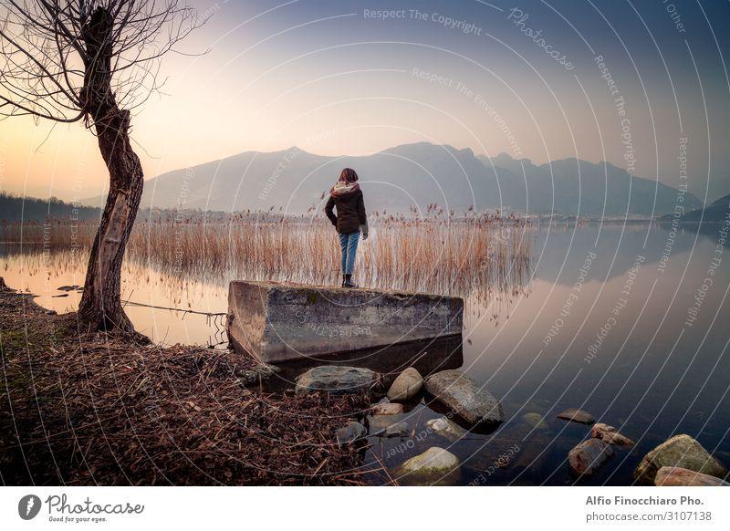 Junges Mädchen, das das Panorama des Sees beobachtet. Lifestyle Körper ruhig Freiheit Sommer ausgehen Junge Frau Jugendliche Erwachsene 1 Mensch 13-18 Jahre