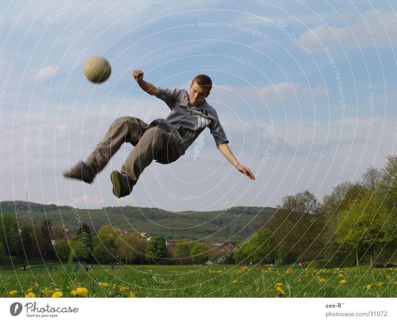 Faling Down Himmel Wiese Fuß Fußball fliegen Ball extrem Breakdancer zurückziehen Extremsport