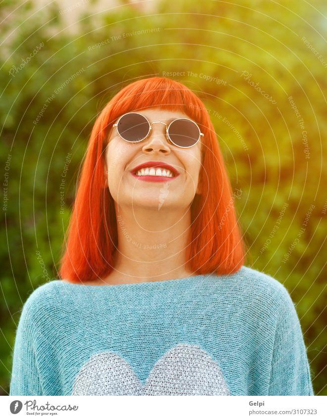 Rothaarige Frau, die in einem Park aufschaut. Lifestyle Stil Freude Glück schön Erholung Freizeit & Hobby Ferien & Urlaub & Reisen Mensch Erwachsene Mode