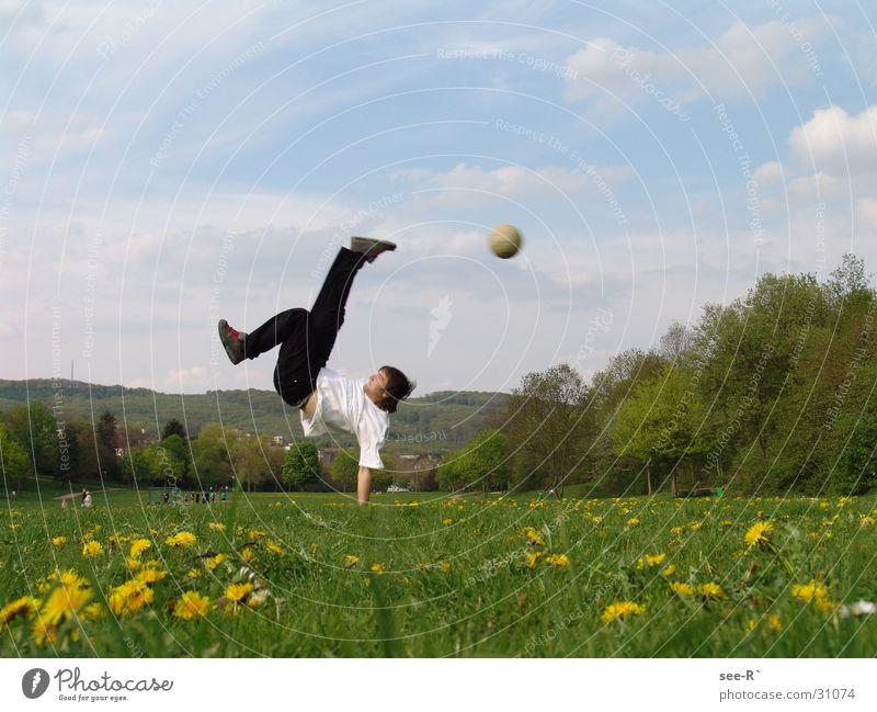 Kick it Hand zurückziehen Wiese extrem Farblosigkeit Sport Fußball Breakdancer Ball in der Luft Himmel Schmerz
