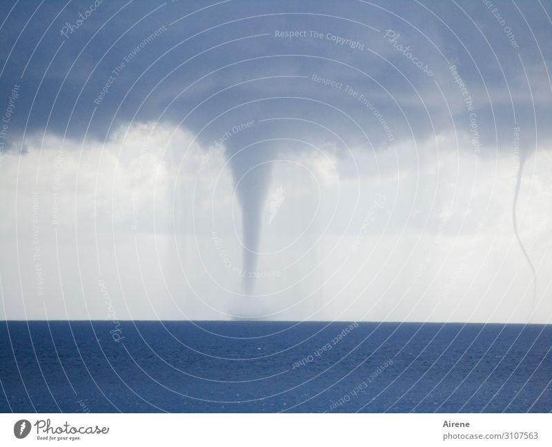 Sturmwarnung Himmel Wolken Gewitterwolken Wetter Meer Wirbelsturm toben Aggression dunkel gigantisch maritim natürlich blau grau Angst gefährlich Gewalt