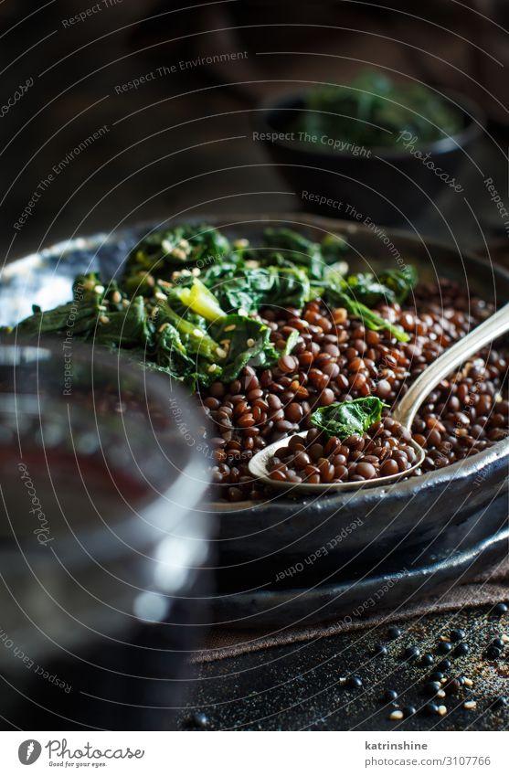 Eintopf mit schwarzen Linsen und Gemüse Vegetarische Ernährung Teller Löffel dunkel Hülsenfrüchte schmoren Beluga Spinat Vegane Ernährung Textfreiraum