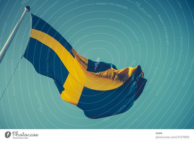 Kreuzzug Freiheit Sommer Umwelt Luft Himmel Wolkenloser Himmel Klima Schönes Wetter Wind Stoff Zeichen Fahne blau gelb Stolz Schweden Nationalfeiertag
