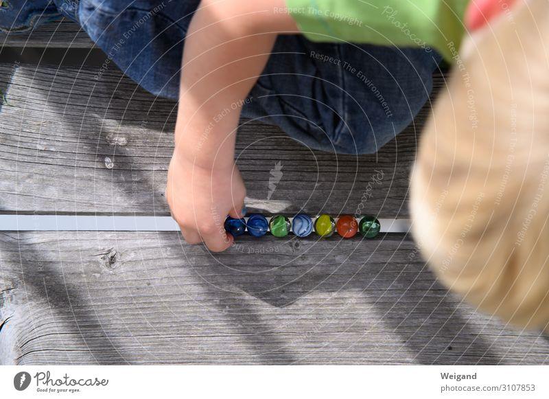 Murmeln Freizeit & Hobby Spielen Kindererziehung Kindergarten Mensch Kleinkind Mädchen Junge 1 1-3 Jahre knien Vertrauen Sicherheit Kugel Farbfoto Außenaufnahme