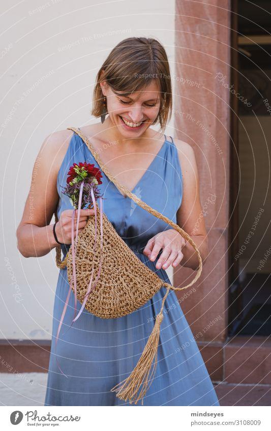 Junge Frau im Kleid lacht und schaut in ihre Tasche elegant Stil Feste & Feiern Hochzeit Jugendliche 1 Mensch 18-30 Jahre Erwachsene Blumenstrauß festhalten