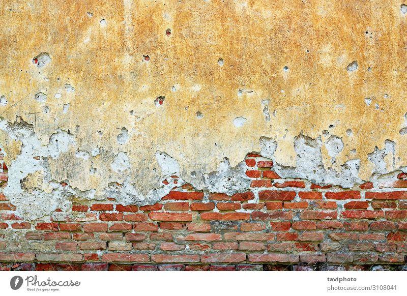 gerissene Putzschicht auf dem alten Haus Design Gebäude Architektur Stein Beton dreckig retro braun rot Zerstörung Grunge Hintergrund verputzen Konsistenz