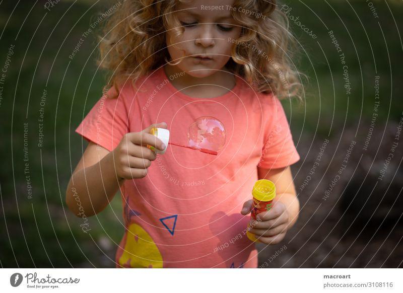 Seifenblasen Mädchen Nahaufnahme Makroaufnahme Kind Kleinkind Spielen Porträt schaukeln Kindheit Glück entdecken kindlich
