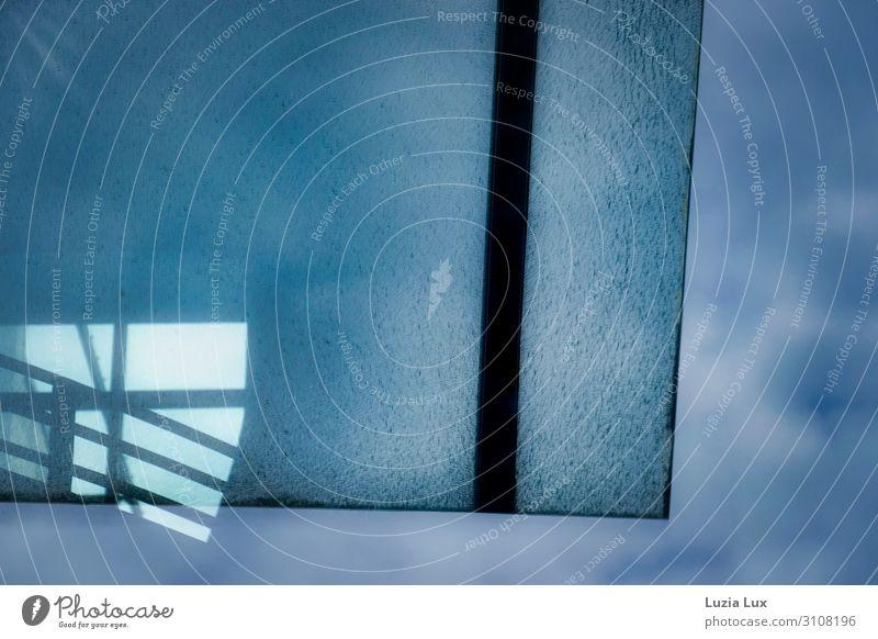 Blau, Glas, Licht Stadt Bauwerk Architektur Dach ästhetisch Parkhaus blau Blauer Himmel Blauer Hintergrund Wolken Glasdach Geländer Treppenhaus Gedeckte Farben