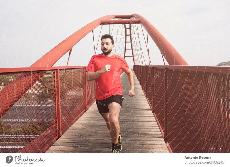 Bart mittlerer Erwachsener Mann läuft Lifestyle Sport Mensch Brücke Fußgänger Hemd rot anstrengen rennen 30s mittlere erwachsene Person Sprint Bahnübergang