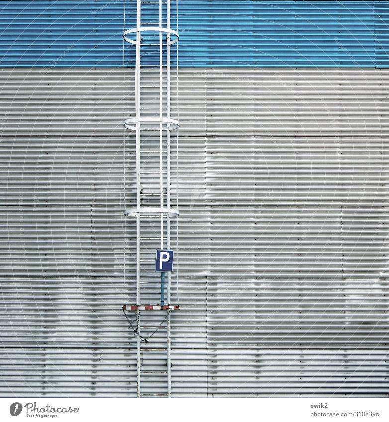 Parkplatzsuche Mauer Wand Wellblech Wellblechwand Halle Lagerhalle Lagerhaus Feuerleiter Leiter Metall Schriftzeichen Schilder & Markierungen hoch Stadt grau