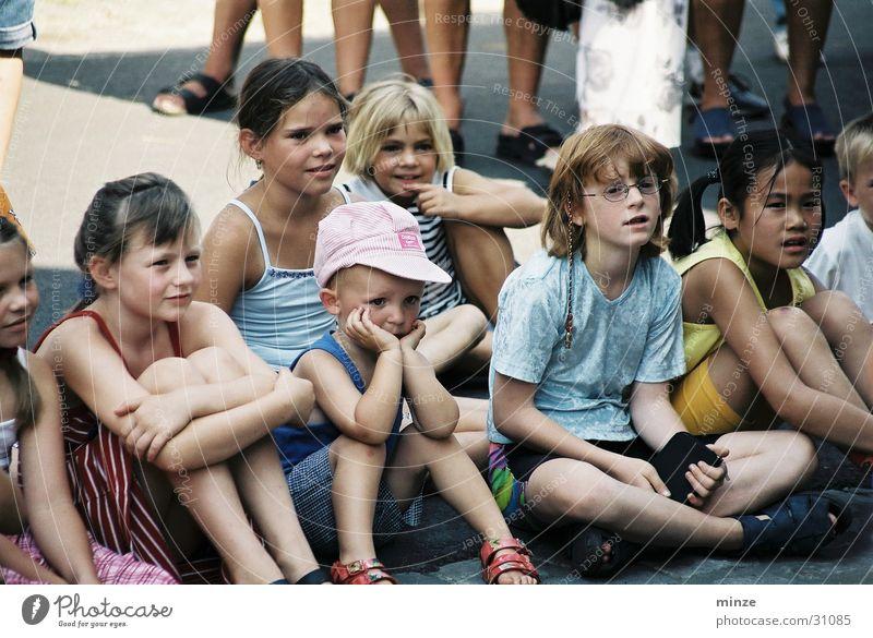 kinder1 Kind Menschengruppe Kindergruppe Publikum Sommerferien Straßenfest