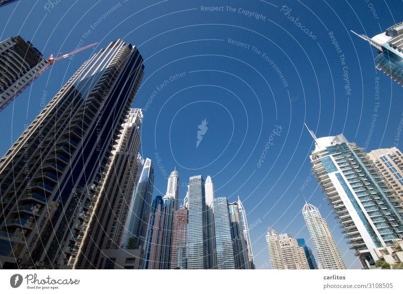 Umzingelt Dubai Vereinigte Arabische Emirate Naher und Mittlerer Osten Großstadt Hochhaus Neigung Weitwinkel stürzende Linien Fassade Reflexion & Spiegelung